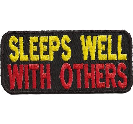 Sleeps well with others, Fremdgeher Rocker Biker Kutten Spruch Aufnäher